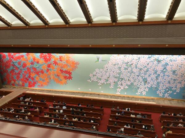 鮮やかな模様の歌舞伎座の緞帳